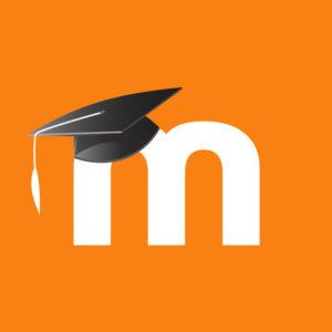logo Moodle - biała litera M z kapeluszem magisterskim
